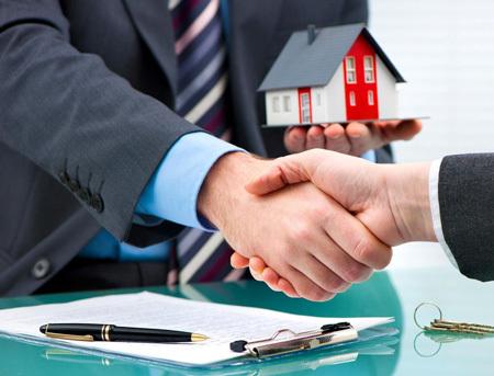 Продажа квартиры по переуступке прав собственности, дом не сдан: что это значит и можно ли осуществить подобную сделку, а также требования к договору по уступке недвижимости и риски при покупке