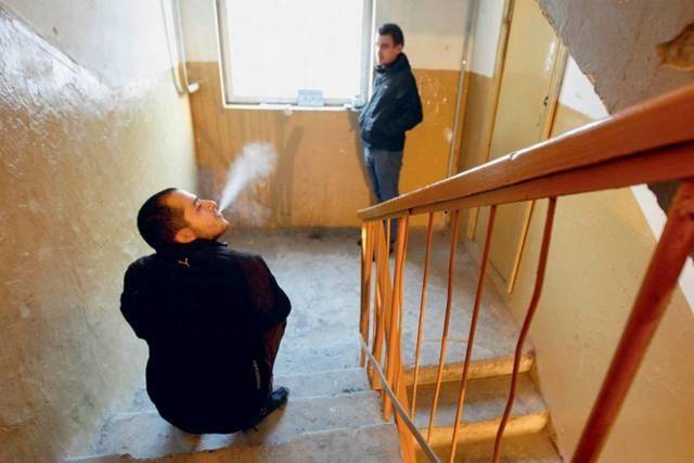 Куда жаловаться на шумных соседей: захламивших общий коридор, сдающих квартиру, курящих в подъезде, сверху?