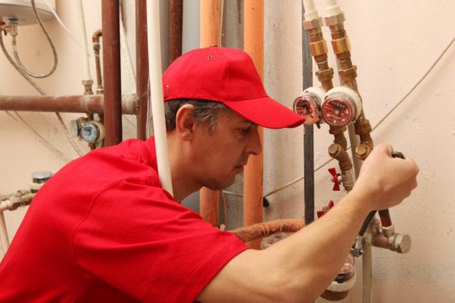 Бесплатные услуги ЖКХ: сантехника, электрика и общий перечень для приватизированной и муниципальной квартиры