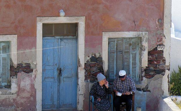 Какие категории пенсионеров имеют льготы по оплате за капитальный ремонт дома, а какие и вовсе освобождены от уплаты взносов? Необходимые документы для оформления компенсации пожилым людям?