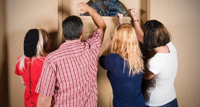Прописка в служебной квартире, общежитии, прописка инвалидов, сироты, студентов, жены, мамы или не родственников, а также плюсы и минусы прописки в деревне