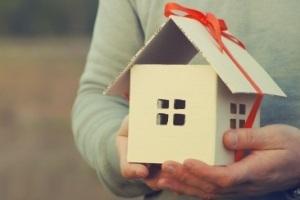 Дарственная на квартиру - плюсы и минусы оформления между родственниками